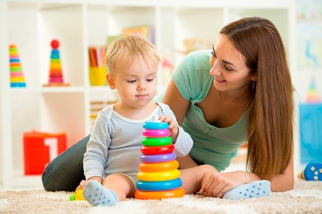 Мама и малыш играют