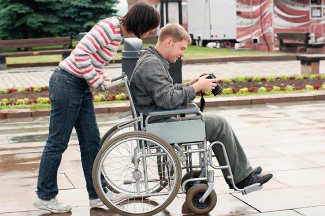 Молодой человек в инвалидном кресле