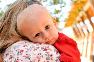 Ребенок на руках мамы