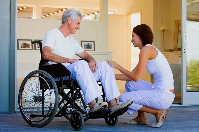 Девушка рядом с мужчиной инвалидом