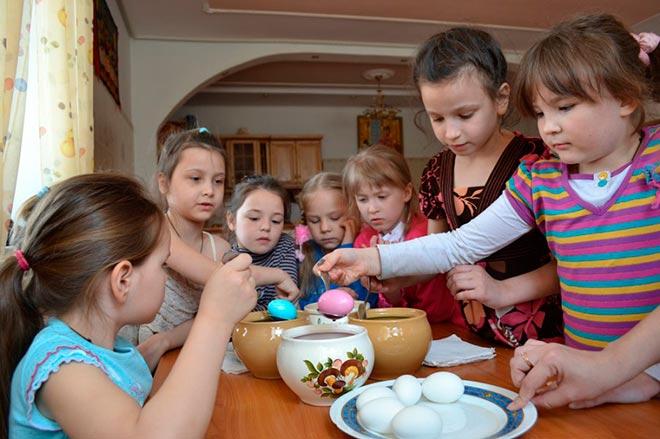 Дети красят яйца