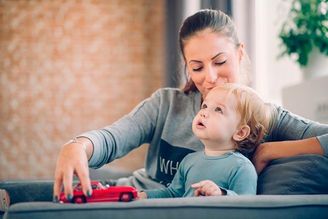 Ребенок в объятиях матери