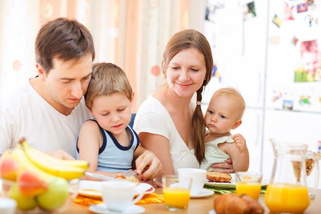 Семья за столом с детьми