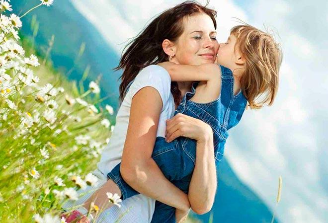 Объятия мамы и дочери