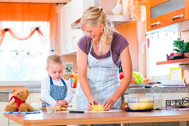 Дочь помогает маме готовить