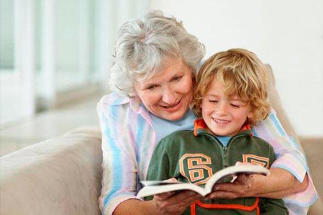 Бабушка с внуком читают книгу