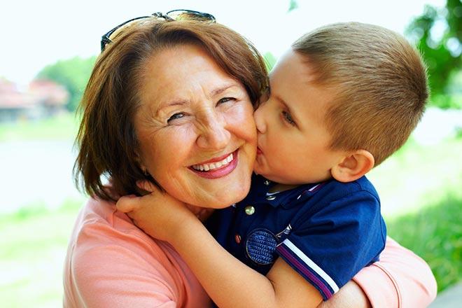 Внук обнимает бабушку