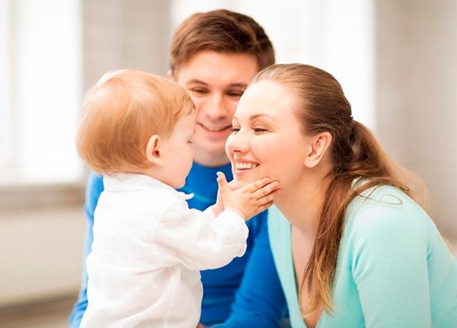 Малыш смотрит на маму и папу