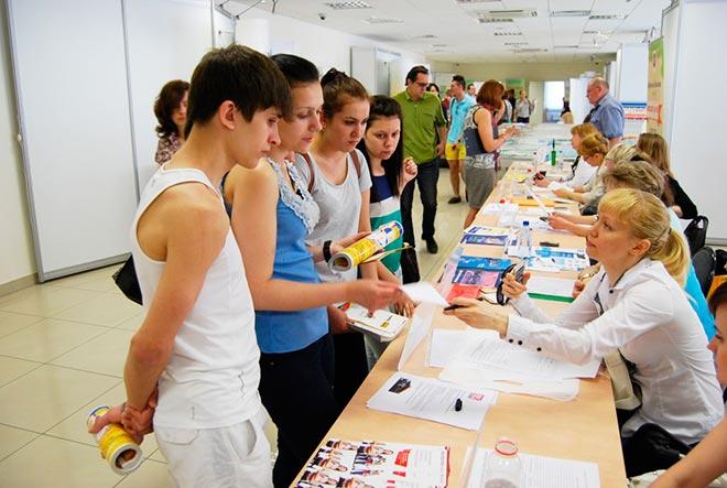 Подростки на выставке вакансий