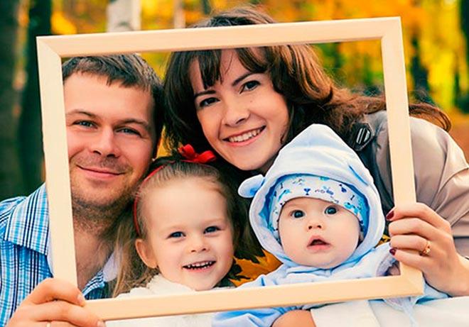 Семья держит фоторамку
