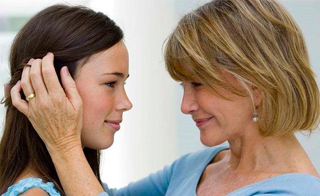 Мама трогает дочь за лицо
