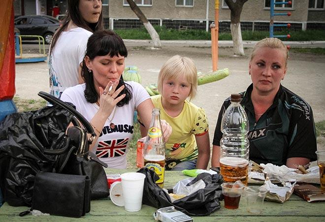 Мамы употребляют алкоголь при детях на улице