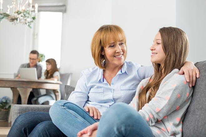 Мама и дочь беседуют