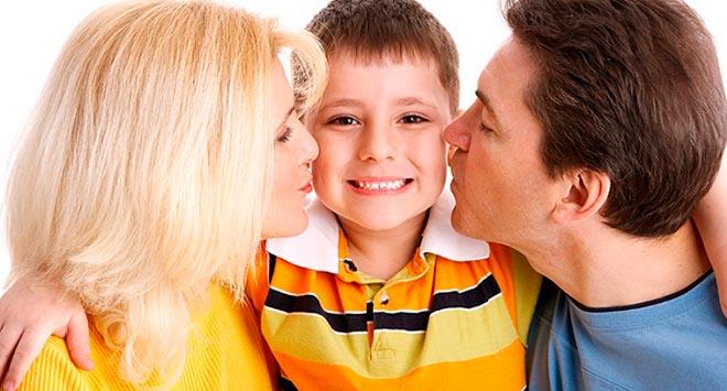 Родители обнимают сына