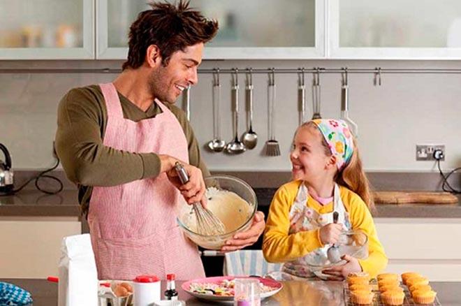 Дочь и отец готовят на кухне
