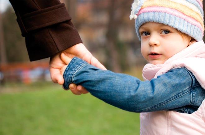 Ребенок под руку