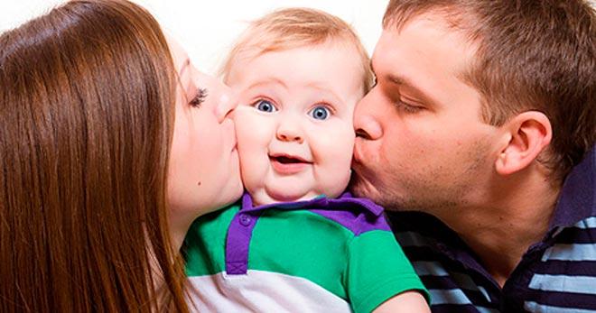 Родители целуют ребёнка