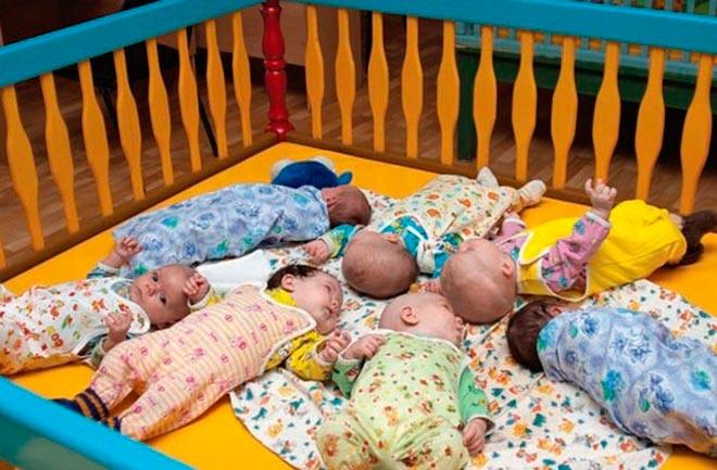 Новорожденные дети в кроватке