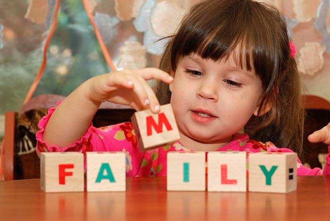 Девочка играет с кубиками