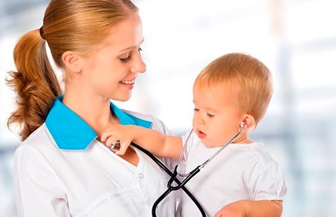 Ребёнок в руках медсестры