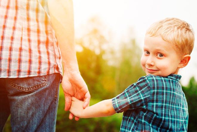 Мальчик под руку с мамой