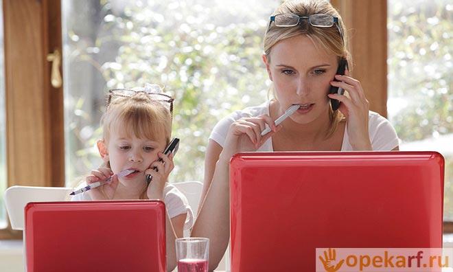 Девочка с мамой работают