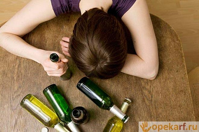 Девушка с пустыми бутылками на столе