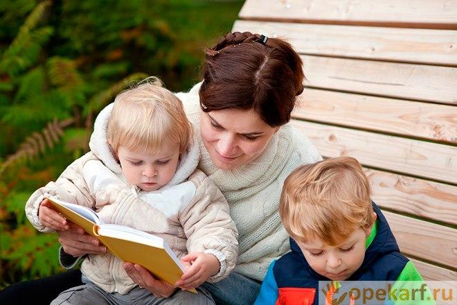 Чтение книги с детьми