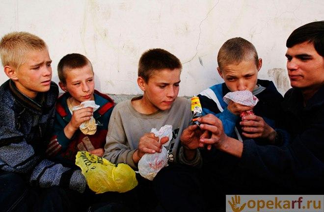 Дети нюхают клей