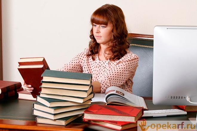 Девушка перекладывает книги