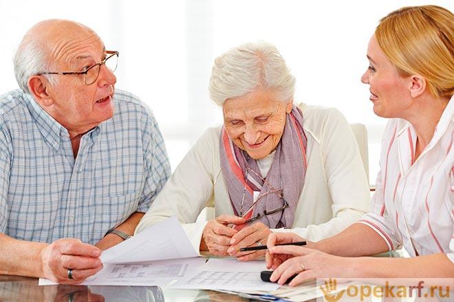 Пожилая пара на приеме у специалиста
