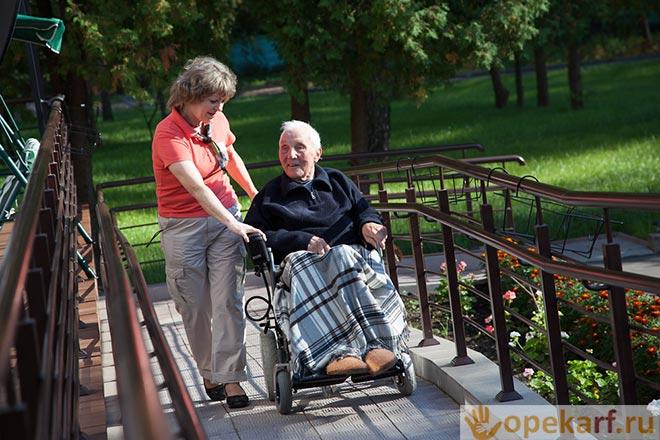 Прогулка в инвалидной коляске