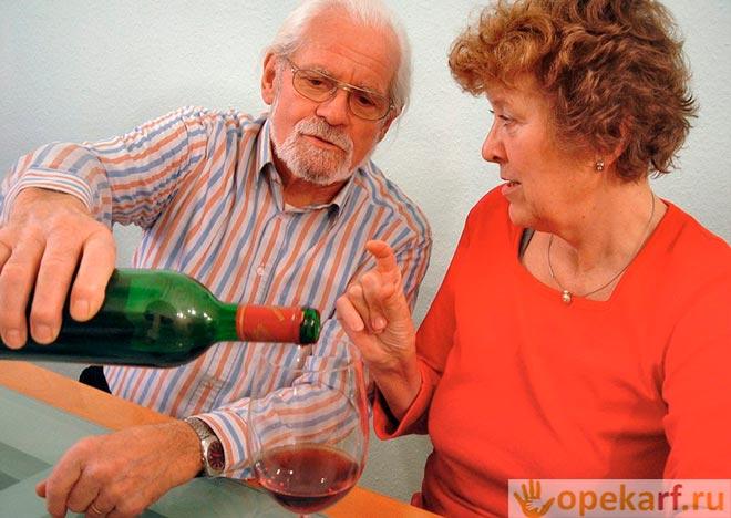 Наливает вино в бол
