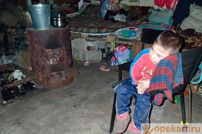 Ребенок в разваленном доме