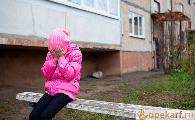 Девочка прячет лицо