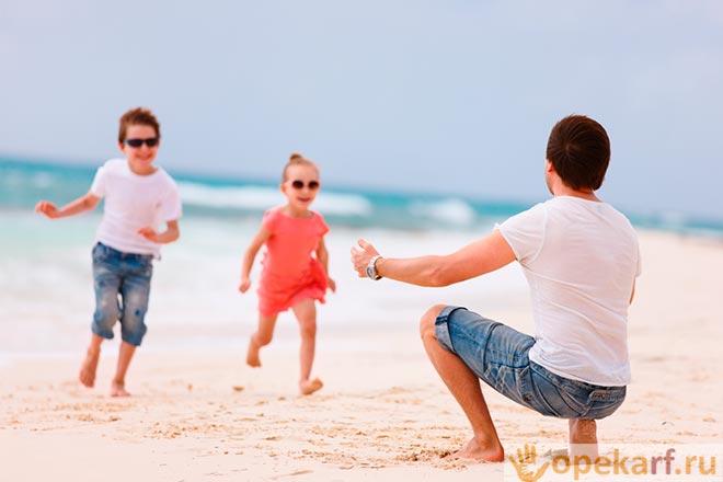 Дети бегают по пляжу