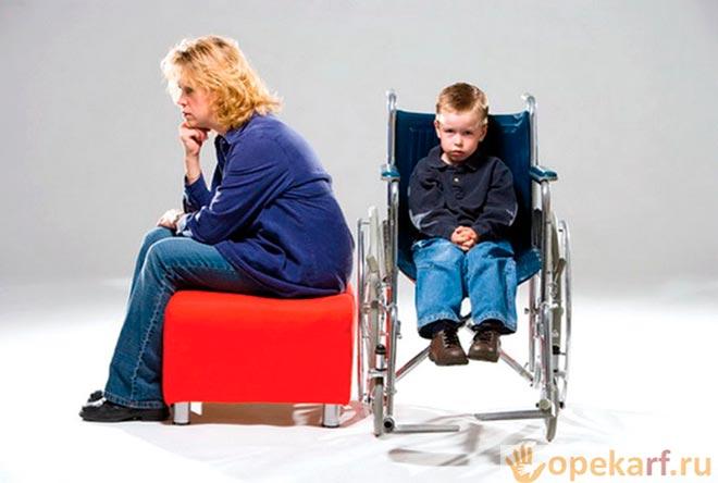 Мать и ребёнок в инвалидном кресле