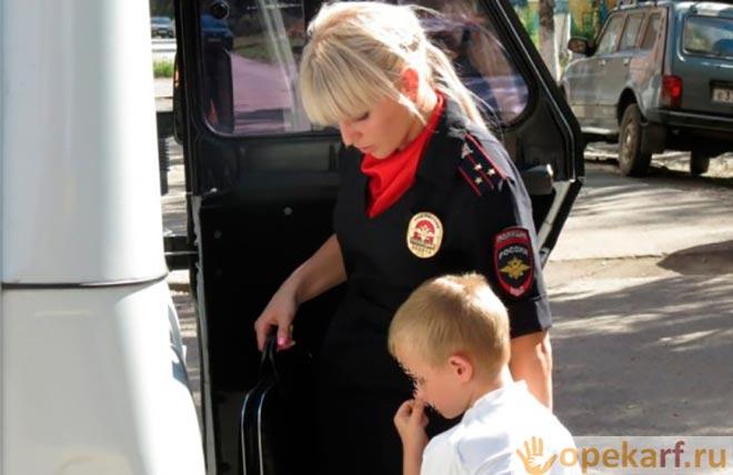 Полицейский уводит подростка
