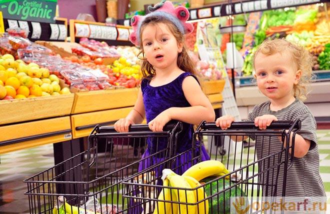Девочки с корзинами в магазине