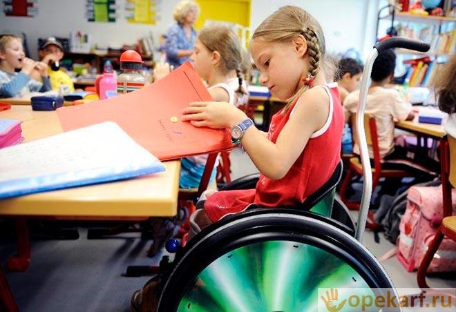 Девочка-инвалид в садике