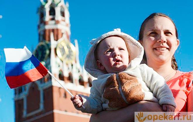Мама и ребенок на красной площади