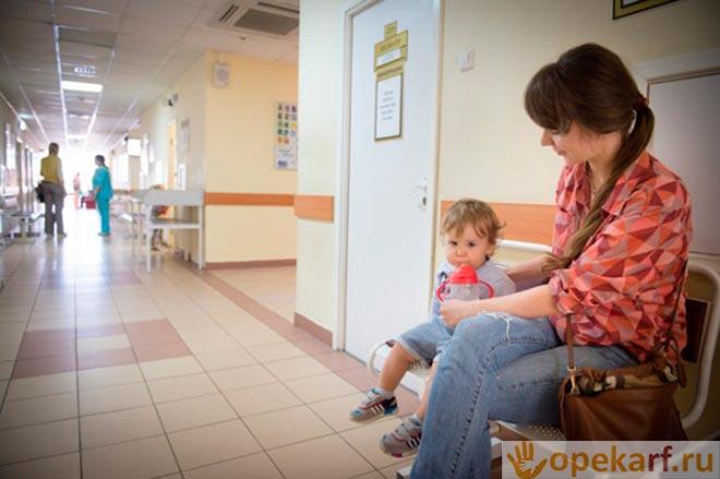 Мама с ребенком в поликлинике