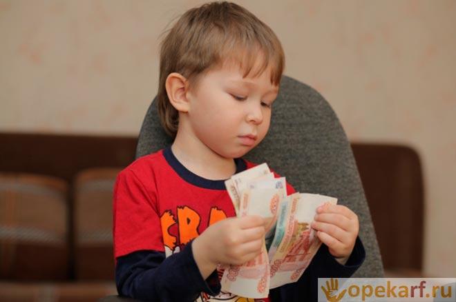 Подросток считает деньги