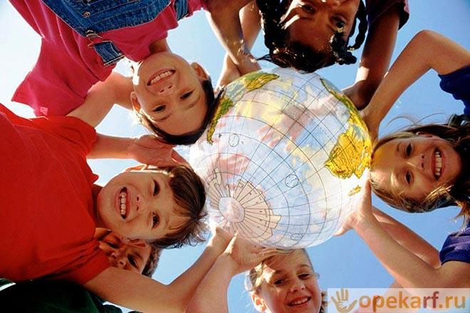 Дети держат глобус над головой
