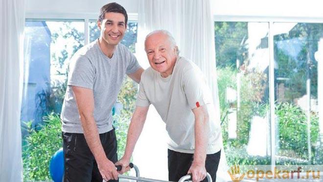 Сын помогает старику