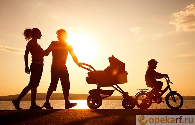 Прогулка с семьей на закате