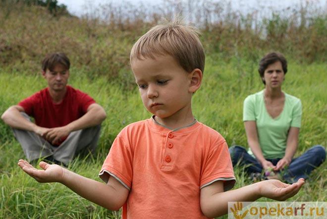 Подросток на природе с родителями