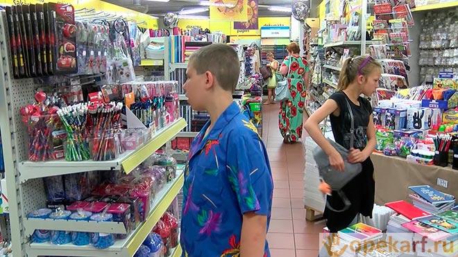 Подросток в магазине