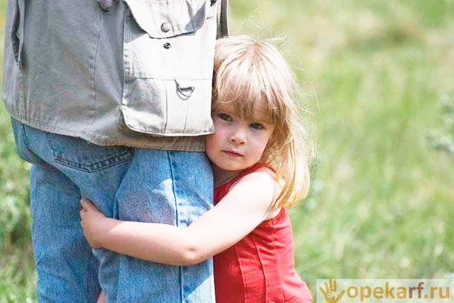 Девочка обнимает отца