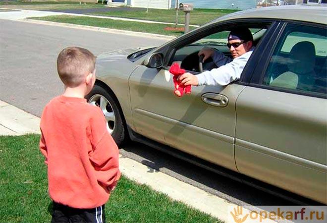 Незнакомец дает игрушку ребенку